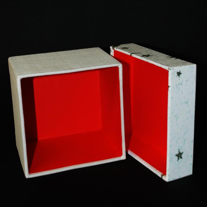 Geschenkbox Innenseite mit roter Verkleidung