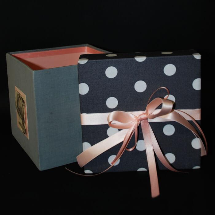 Deckel Geschenkbox blau-weiß gepunktet mit rosa Schleife