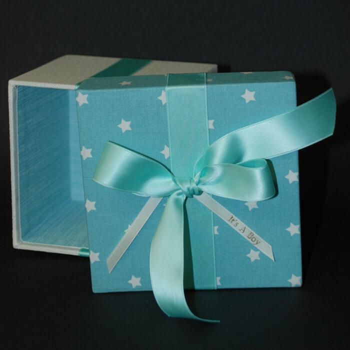 Deckel Geschenkbox hellblau mit Sternenmuster und Schleife