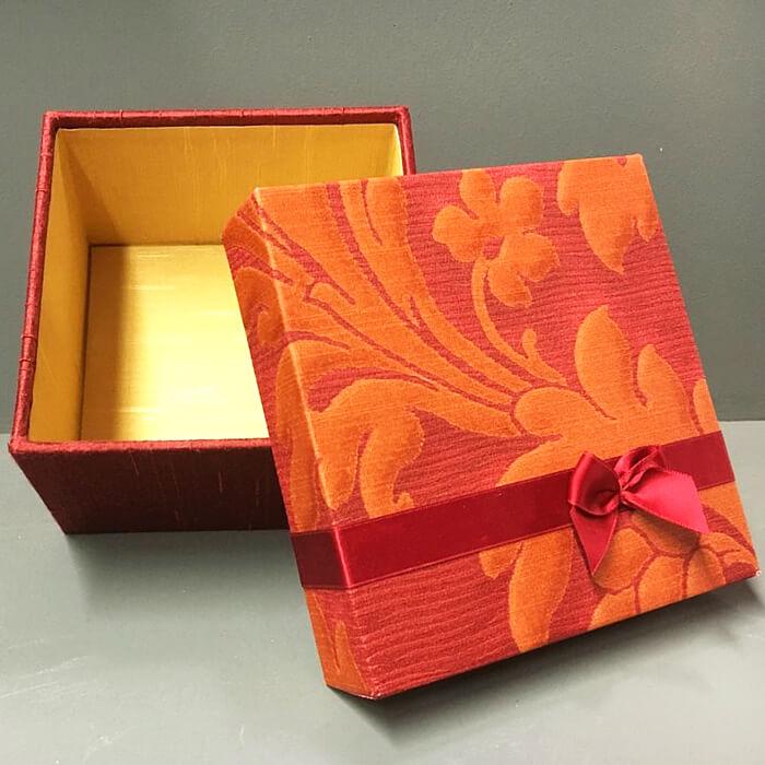 Geschenkbox in rot mit Muster